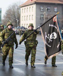 Kuperjanovi jalaväepataljoni lipp paraadil Pärnus.