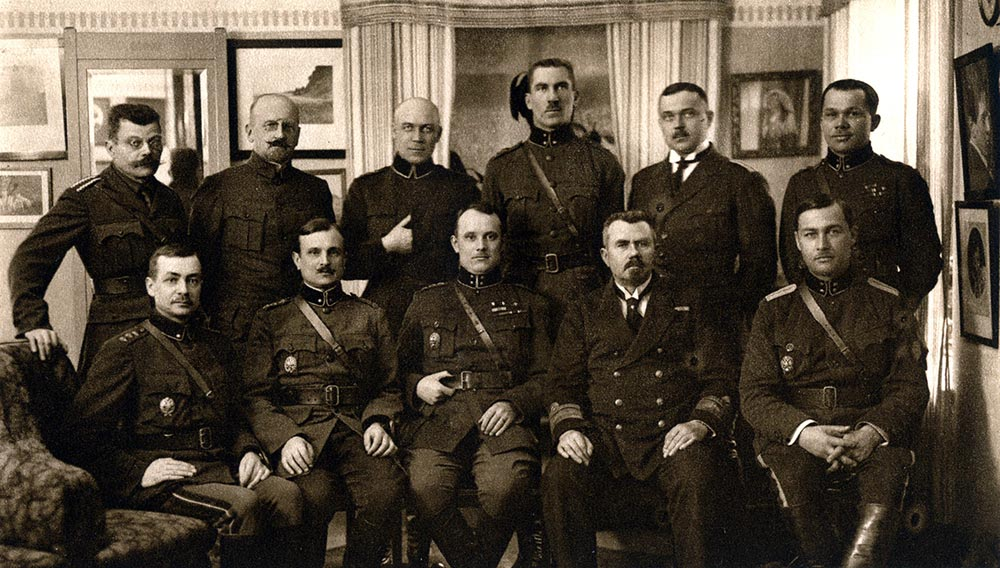 Vabadussõja kõrgemad sõjalised juhid 1920. aastal. Ülevalt vasakult: kindralmajor Ernst Põdder, kindralmajor Dr. Arthur Lossmann, kindralmajor Aleksander Tõnisson, kolonel Karl Parts, kolonel Viktor Puskar, kolonel Jaan Rink. Alt vasakult: kindralmajor Andres Larka, kindralmajor Jaan Soots, kaitseväe ülemjuhataja Johan Laidoner, admiral Johan Pitka ja kolonel Rudolf Reiman.