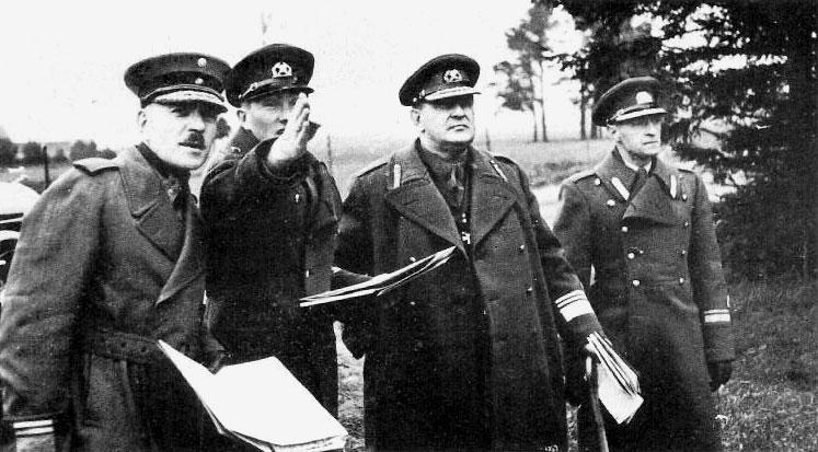 Soome sõjavägede kindralstaabi ülem Lennart Oesch ja Eesti sõjavägede Kindralstaabi ülem Nikolai Reek manöövritel 1938. aasta oktoobris.