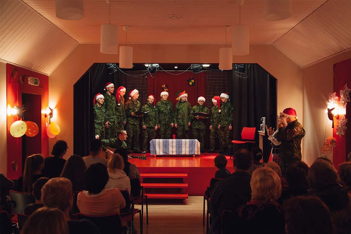 Staabi- ja sidepataljoni ajateenijad esinemas Vigala hooldekodus.