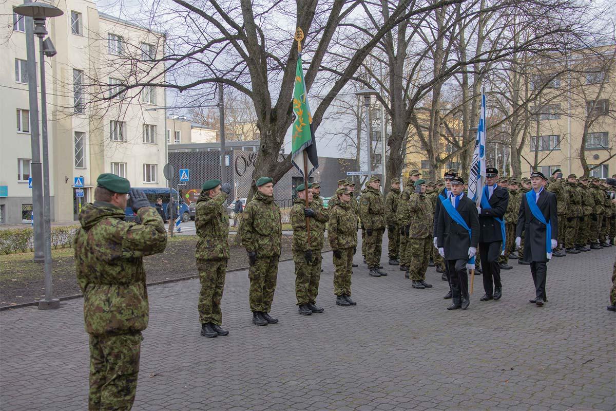 Staabi- ja sidepataljoni pidulik jalutuskäik Raua tänava lahingu mälestuskivi juurde.