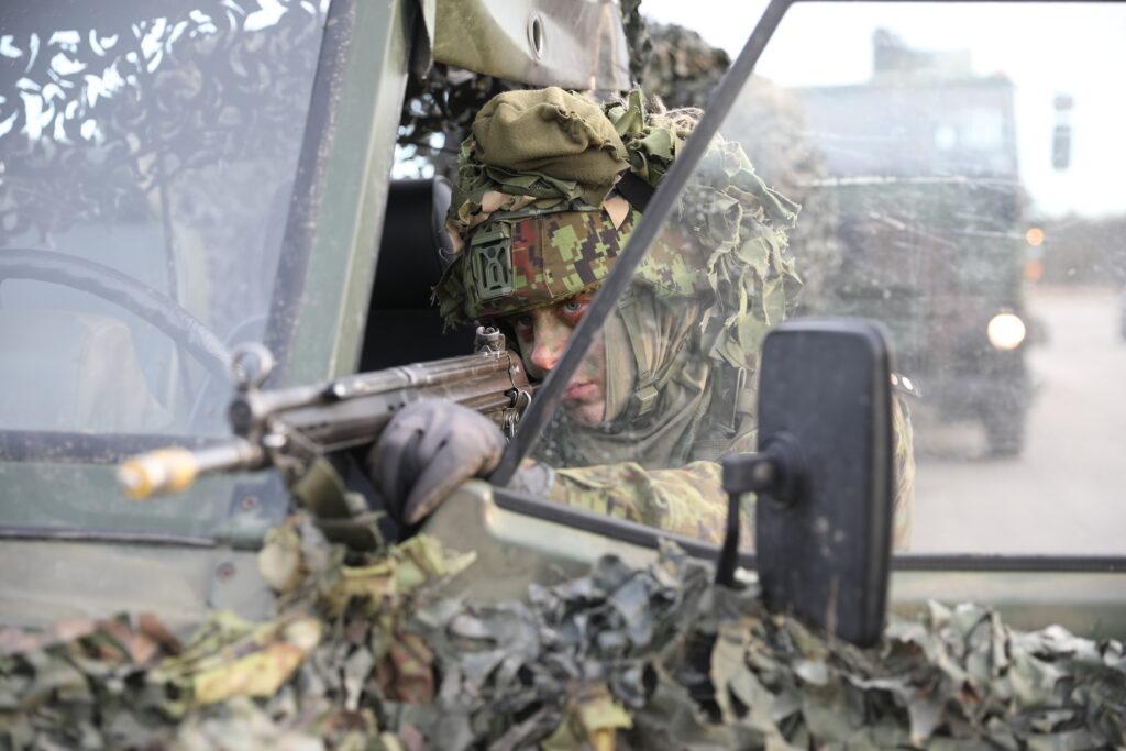 Logistikapataljoni ajateenijad harjutavad Läänemaal taktikalisi tegevusi